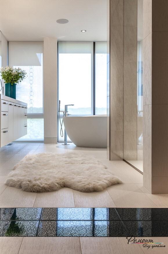 Небольшой мягкий коврик в ванной создает уют