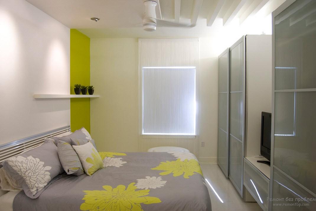 Шкафы-купе в интерьере небольшой спальни