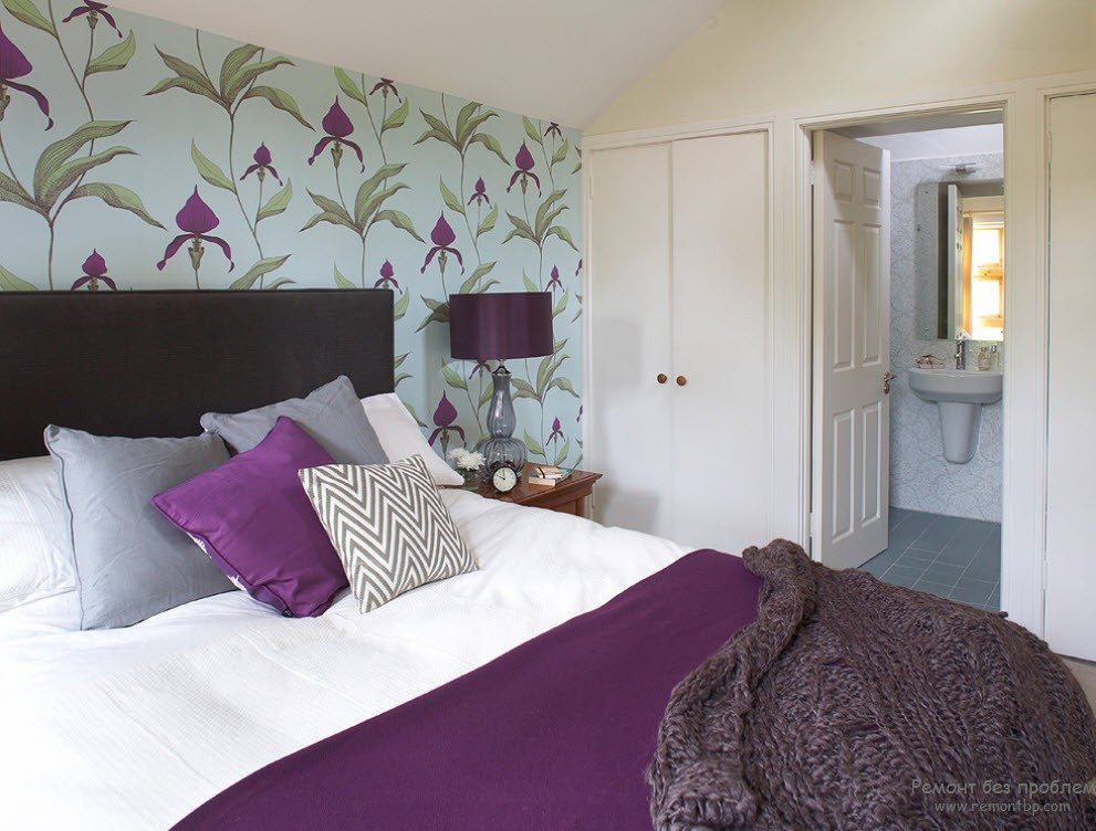 Оттенки фиолетового на обоях в спальне