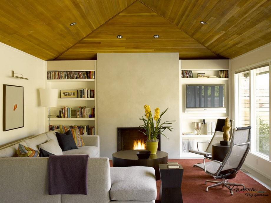 Длинный диван в узкой комнате