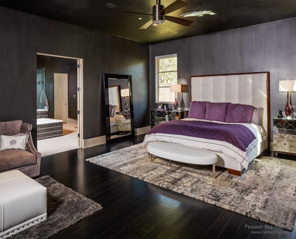 Спальня в темно-фиолетовых тонах