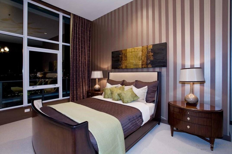 Вертикальные полосы на стенах спальни чудесно гармонируют с интерьером