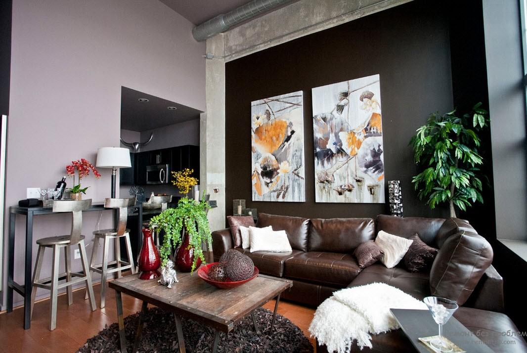 Гостиная с центральной темно-коричневой с теной, украшенной светлыми картинами