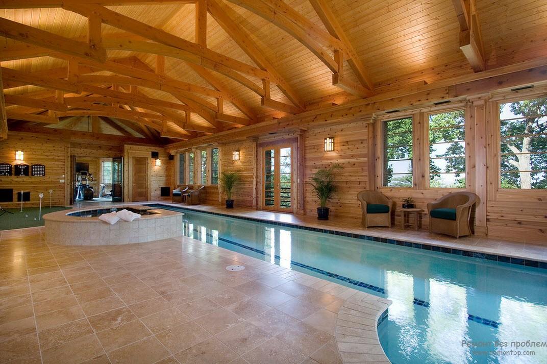 Деревянные стены в помещении для бассейна в стиле кантри
