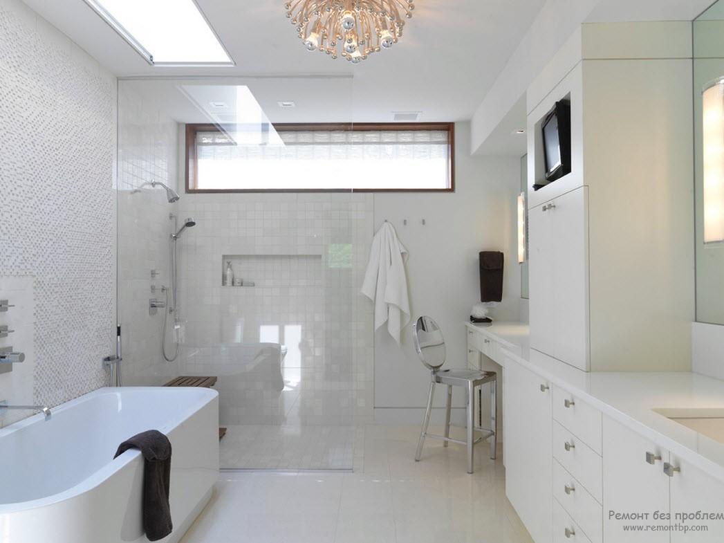 Белая ванная с окном