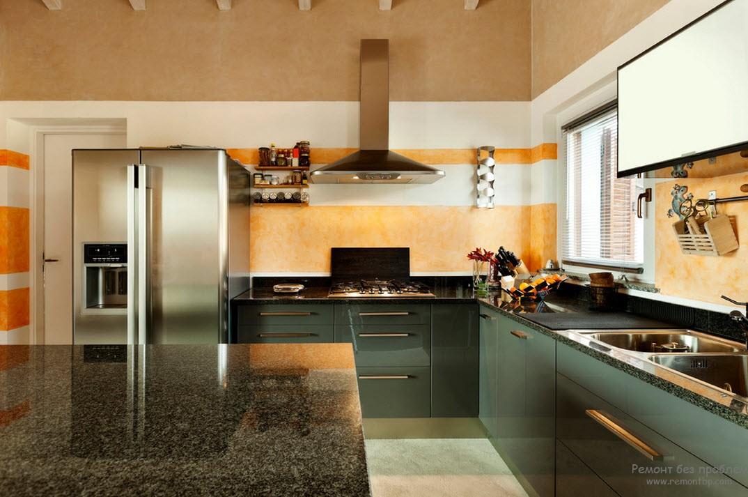 Интерьер кухни с отделкой стен горизонтальными полосами
