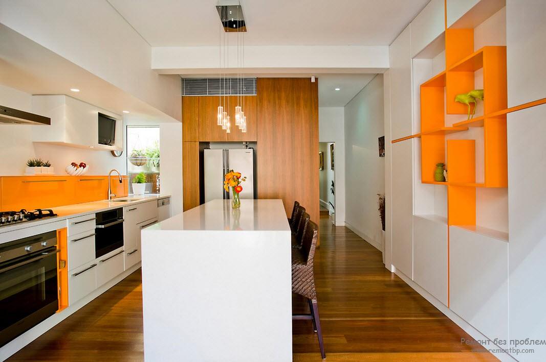 Эффектный интерьер оранжевой кухни в сочетании с белым цветом