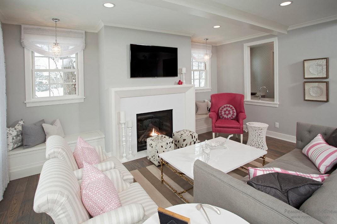 Кресло красно-брусничного цвета - акцент интерьера серой гостиной