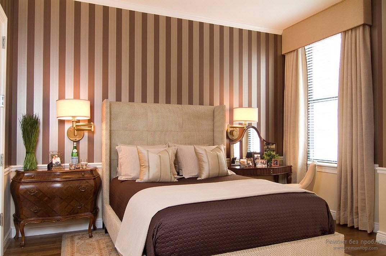 Элегантная и благородная спальня с вертикальными полосами на стенах