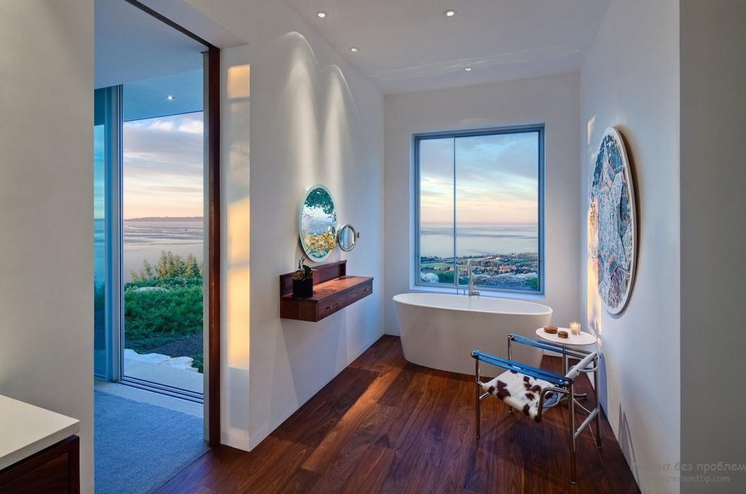 Интерьер ваннйо комнаты с деревянным полом