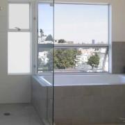 Интерьер современной ванной комнаты с окном