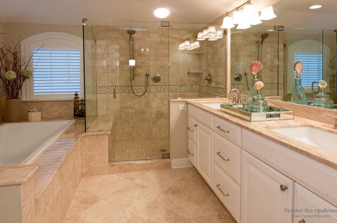 Керамическая плитка на полу и на стенах ванной комнаты в морскоим стиле