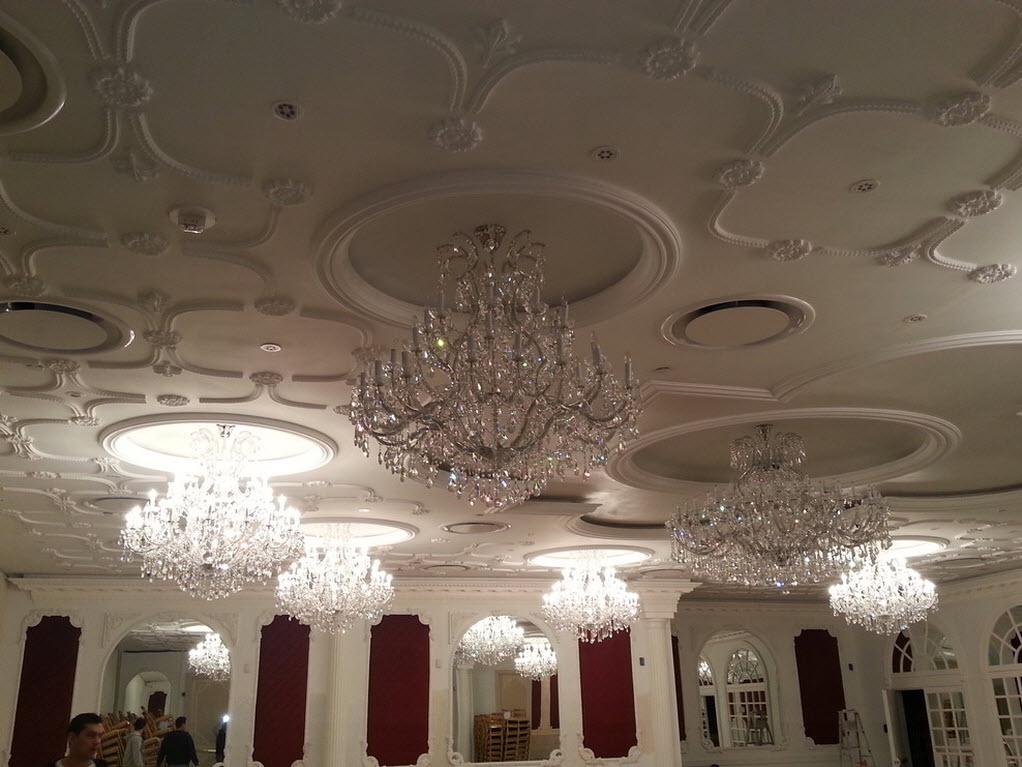 Хрустальные люстры в банкетном зале