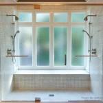 Красивый дизайн окон в ванной комнате: большие и маленькие, классические и современные