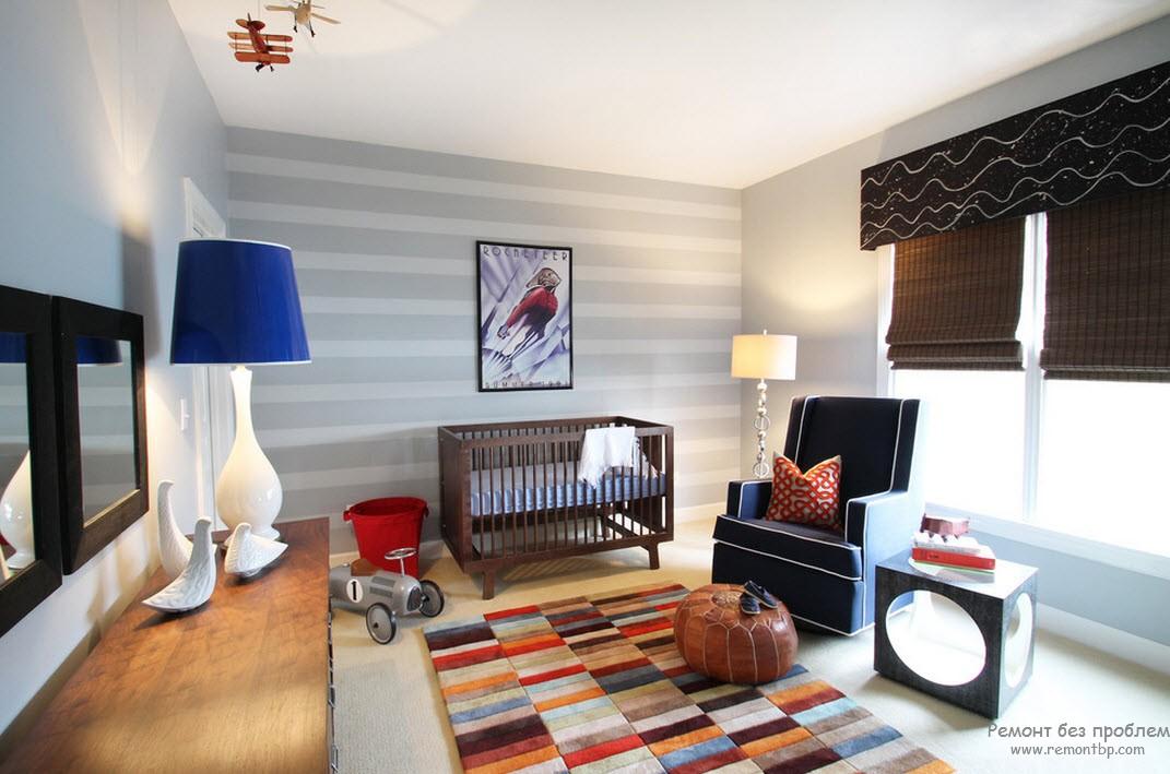 одна стена, декорированная неконтрастными горизонтальными полосами
