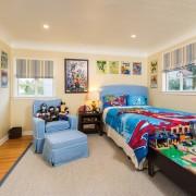 Светло-бежевый интереьер десткой комнаты для мальчика