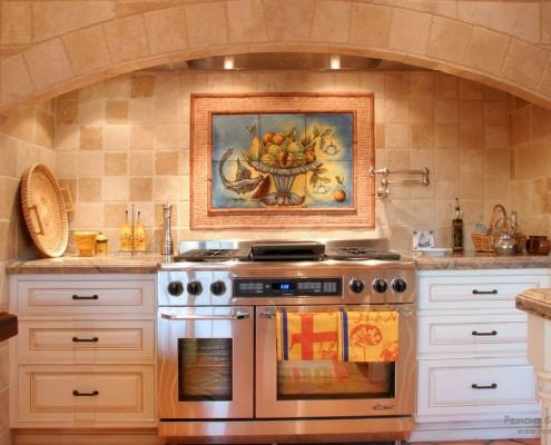Стены кухни покрыты плиткой