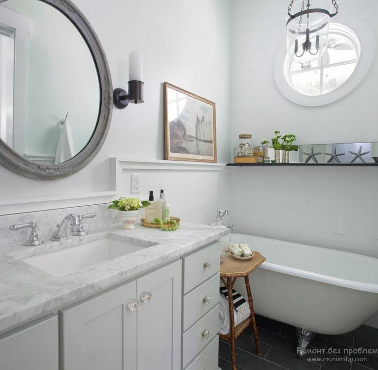 Ванная комната в морском стиле с окном-иллюминатором