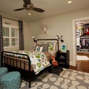 Светло-бежевый интерьере комнаты для мальчика, украшенный множеством аксессуаров