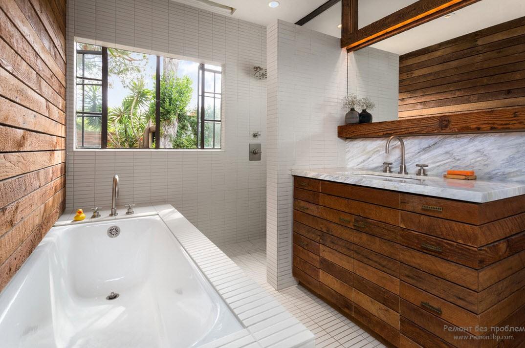 Деревянная мебель в ванной комнате