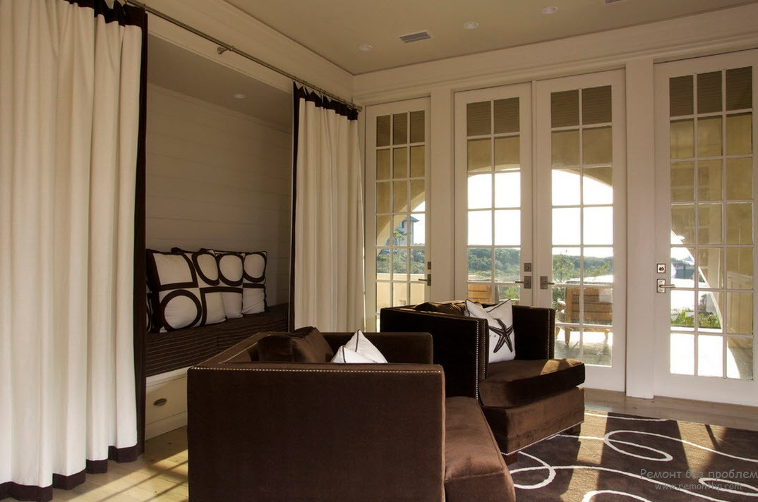 Элегатный интерьер коричневой гостиной в сочетании с пастельными оттенками