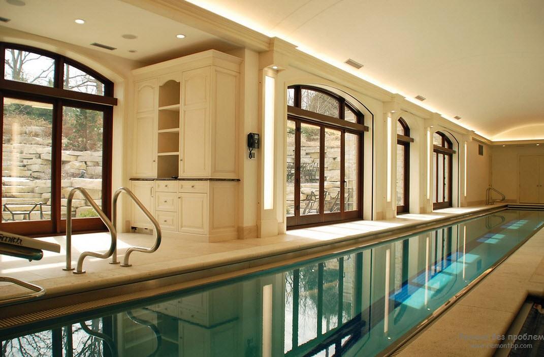 Дизайн помещения с бассейном в бежевых тонах