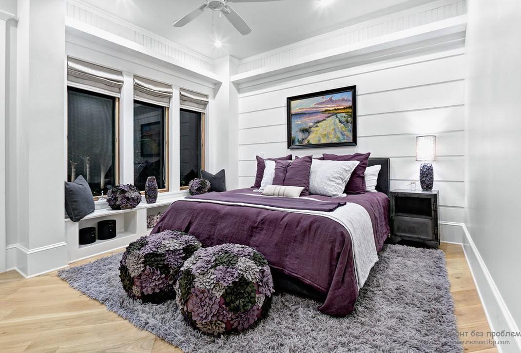 Красивые пуфики в интерьере фиолетовой спальни