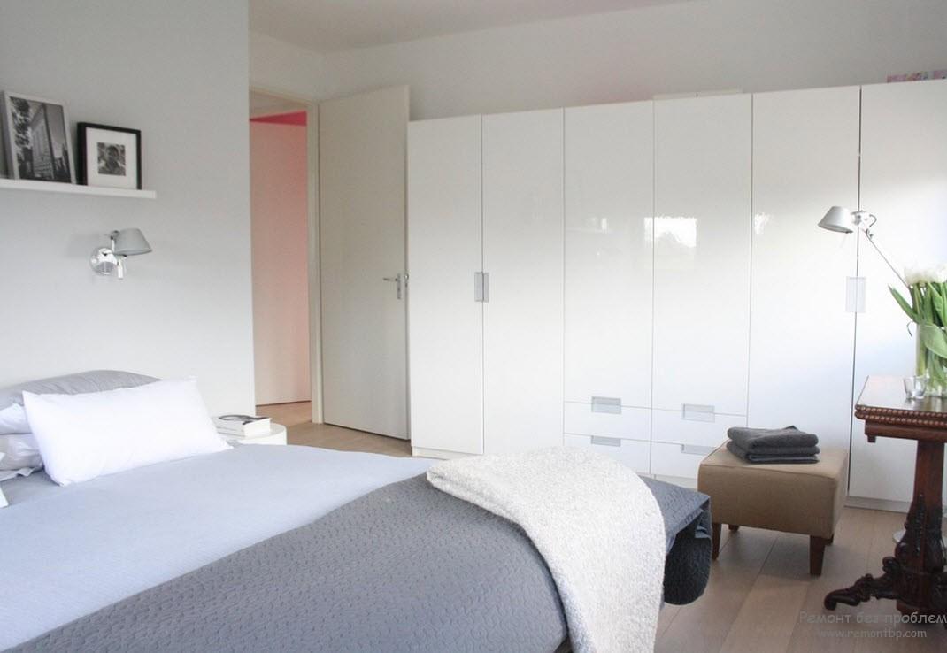 Шкафы ч глянцевой поверхностью в интерьере спальни