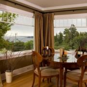 Стены и шторы оливковые