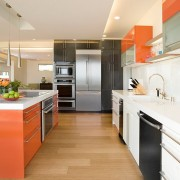 Оранжевый стол использован в качестве акцента интерьера кухни