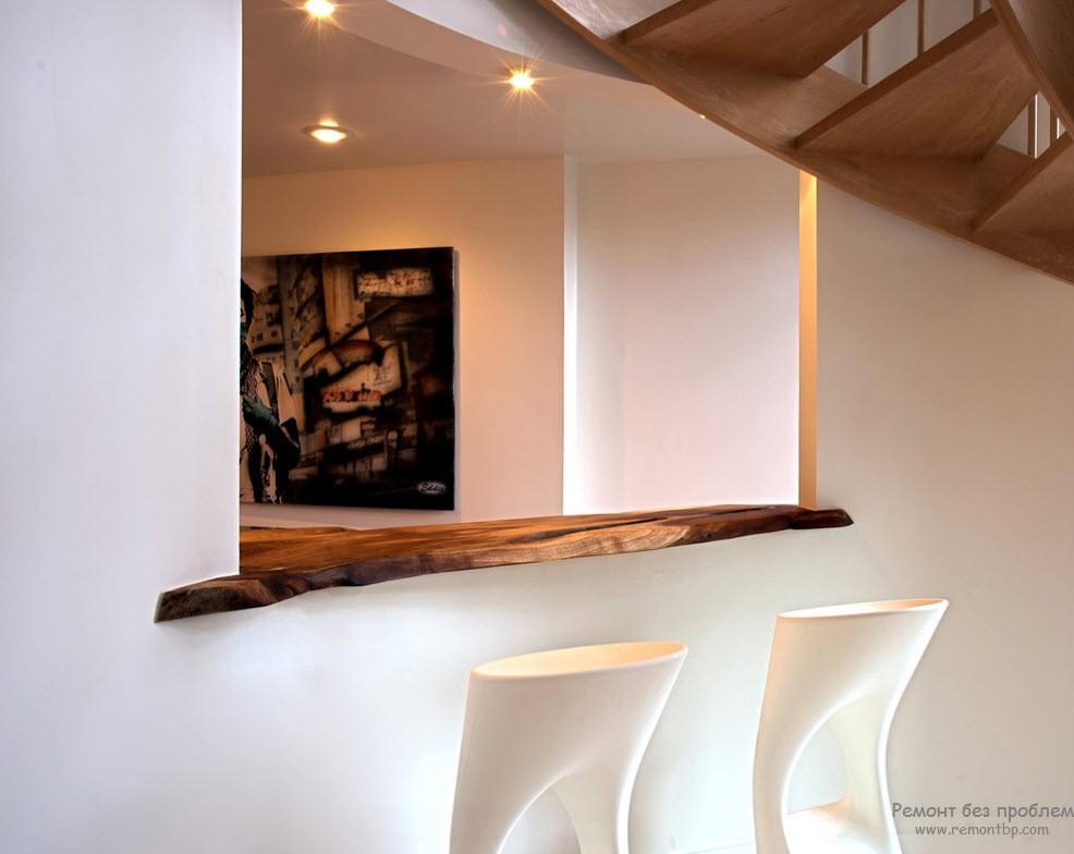 Деревянный элемент в сочетании с современной мебелью