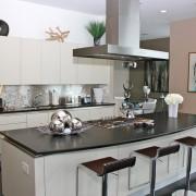 Интерьер кухни с металлическим фартуком в виде мозаики