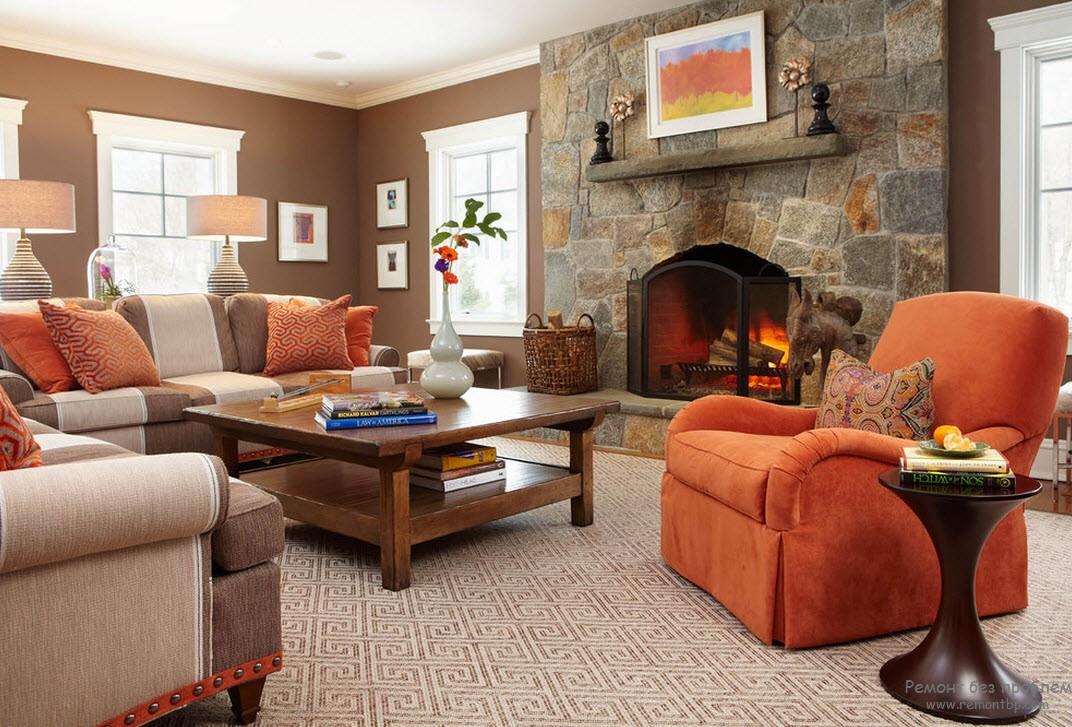 Красное кресло с подущками освежают интерьер коричневой гостиной