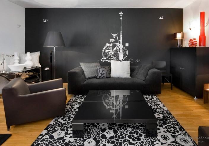 Дизайн гостиной с черной стеной