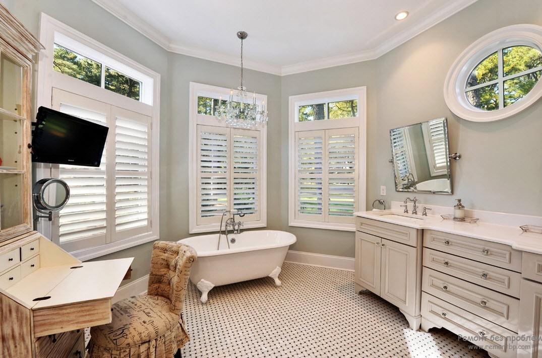 Красивая просторная ванная комната в морском стиле с окном-иллюминатором