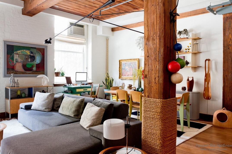Дизайн интерьера с деревянной колонной