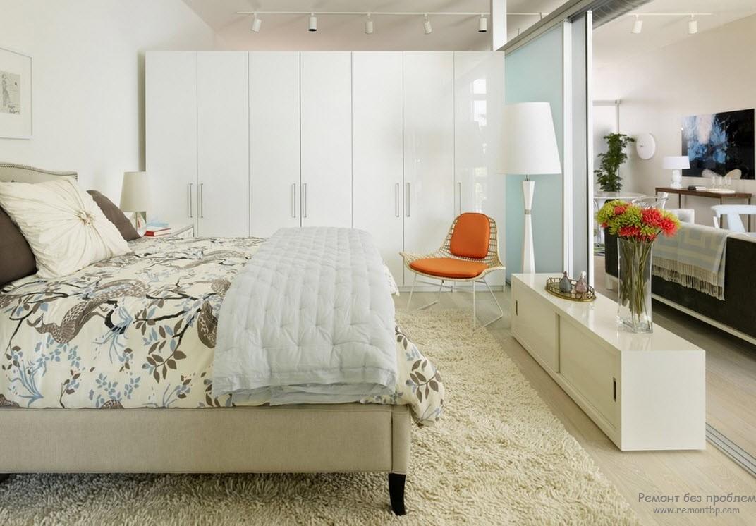 Шкафы-купе прекрасно гармонируют с интерьером спальни