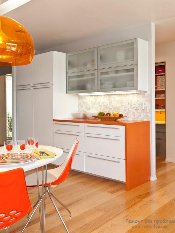 Бело-оранжевое сочетание, при котором белого в интерьере больше
