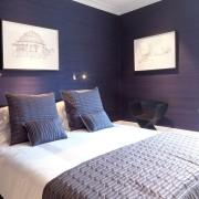 Темно-фиолетовая спальня