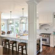 Четкие границы кухни определяют колонны