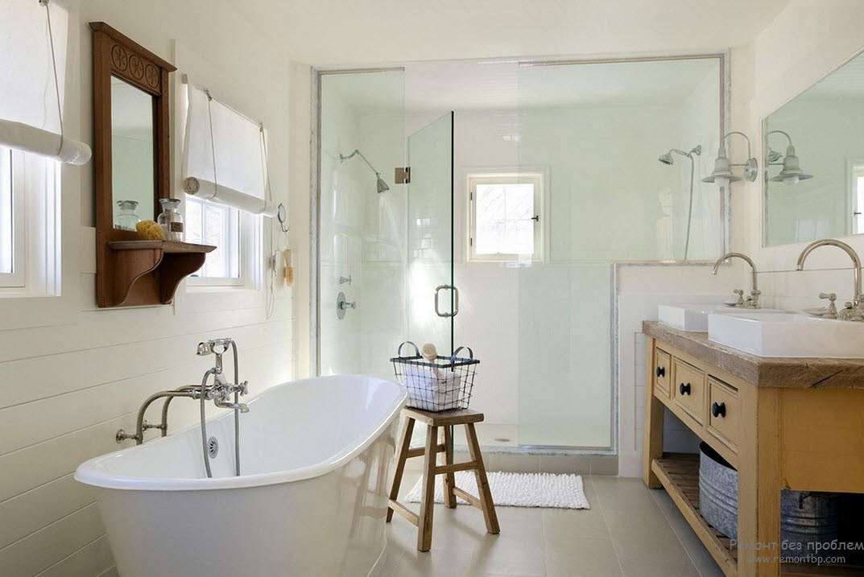 Классическая белая сантехника в интерьере ванной в морском стиле