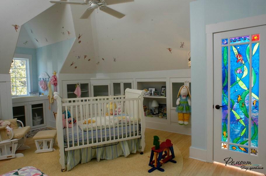 Детская комната с яркой дверью
