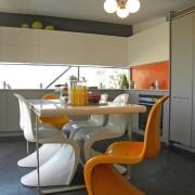 Оранжевые стулья - акцент интерьера кухни