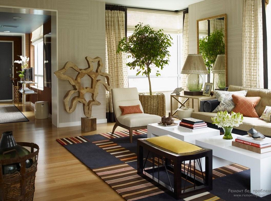Деревянная мебель и стены оклеены обоями