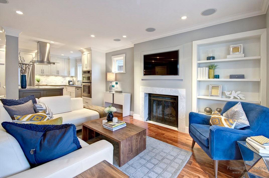 Яркие синие акценты в светло=сером интерьере гостиной