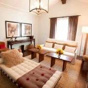 Интерьер гостиной-спальни выполнен в едином стиле