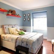 Сочетание светло-голубого с белым в интерьере комнаты для мальчика