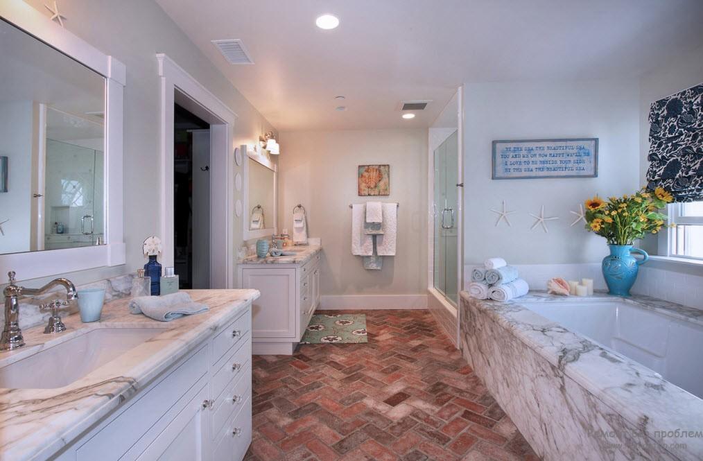 Красивый интерьер просторной ванной комнаты в морском стиле