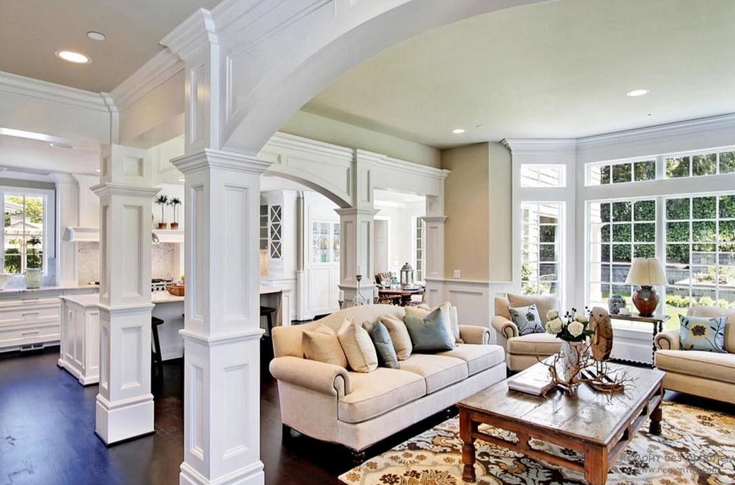 Красивый интерьер гостиной с парными колоннами