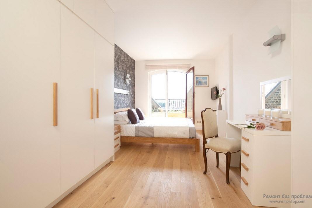 Шкафы-купе визуально расширяют интерьер спальни